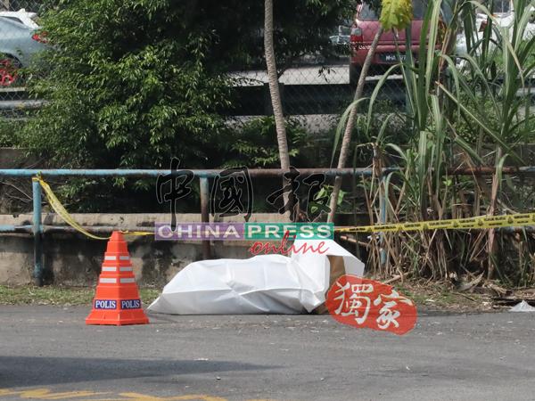 1名身分不明的男子在他处惨遭谋杀后,被凶徒塞入行李箱内,弃尸工业区路旁。
