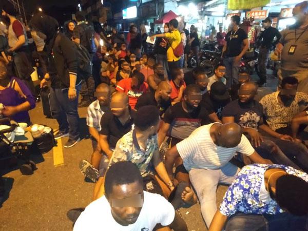移民局官员大阵仗出击,逮捕32名没有合法证件的外籍人士。