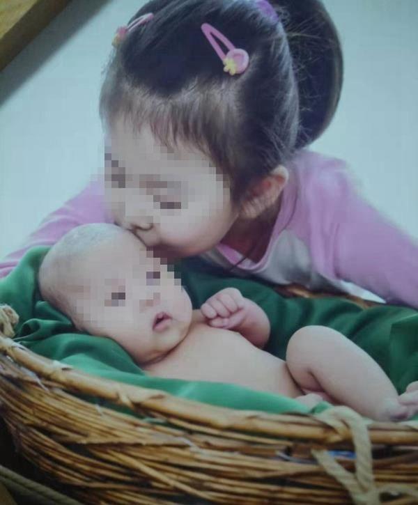 女童(右)生前非常疼爱妹妹。