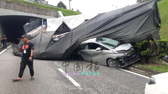 休旅车因闪避不及,被倾斜脱落的车斗连同洋灰泰山压顶。