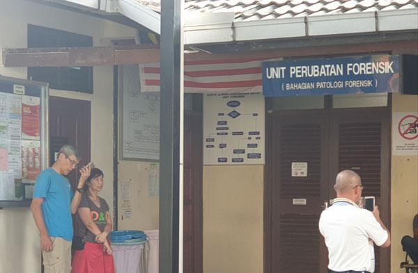 从吉隆坡赶抵关丹的死者父母,在关丹太平间前等候消息。