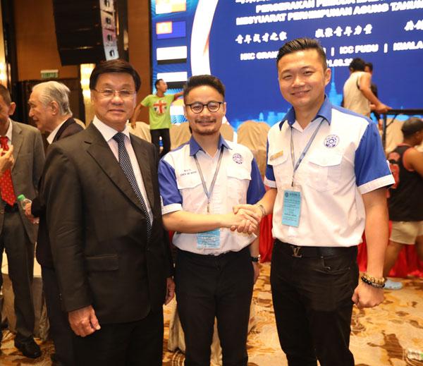 方天兴(左起)与青运两届总会长周世抆和吴袺濠合影。