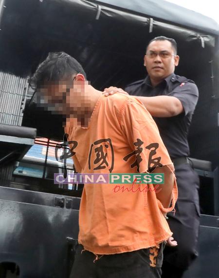 華裔嫌犯身穿橙色囚服,被警方押上推事庭。
