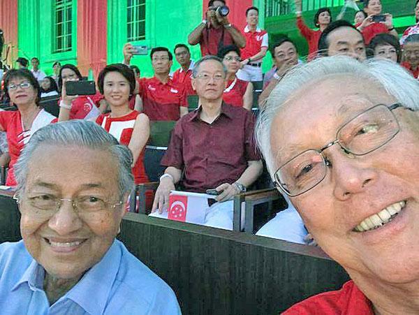 吴作栋和马哈迪日前在新加坡国庆庆典上自拍。(取自吴作栋面子书)