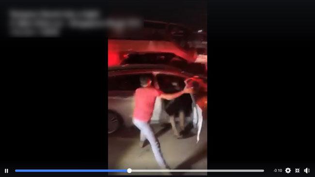 身穿红衣男子大力关上轿车司机的车门,导致双脚在外的轿车司机左脚被夹了一下。