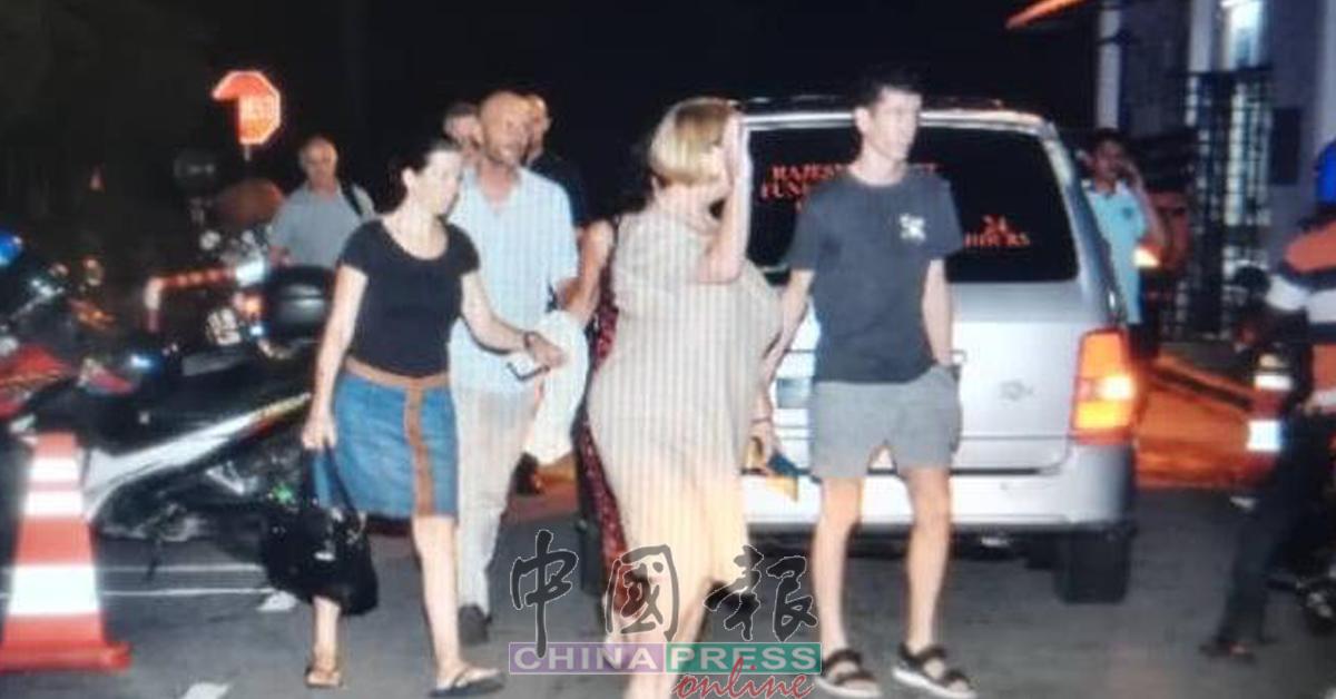 疑似亲友的外籍人士晚上8时许抵达医院太平间。