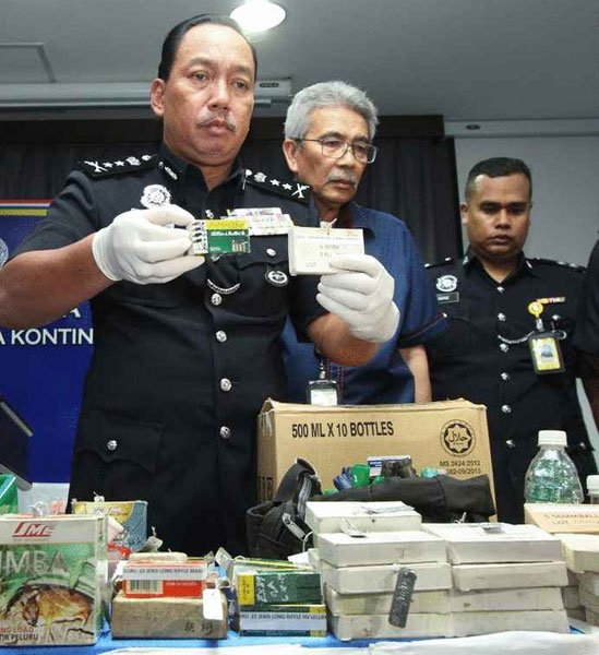 再尼展示警方起获的不同口径子弹,包括M16莱福枪子弹。