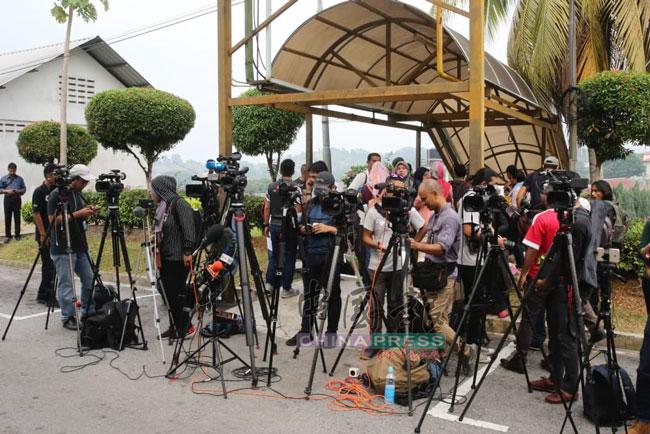 大批国内外媒体一早就在医院太平间外等候。