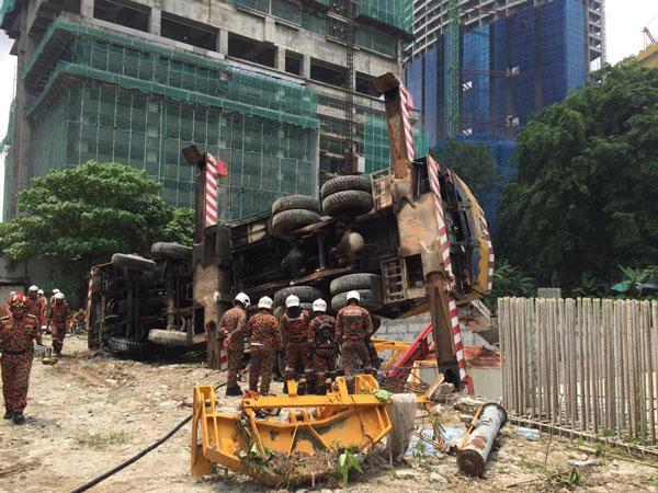 起重机突翻覆,压中一名男子脚部,消拯员受召到场援助。