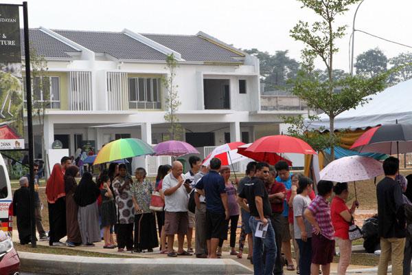 出席者撑伞排队领取免费榴梿。