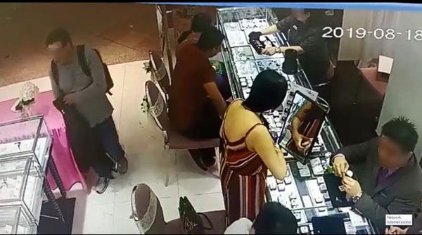小偷佯装客人进入店内。