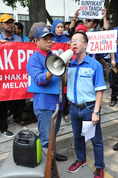 陈城周(右)为前锋报集团职员遭拖欠薪水事宜发声。