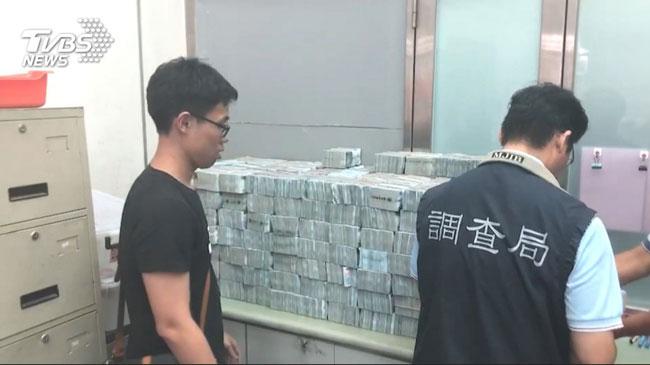 查获的现金,调查员搬到手软。