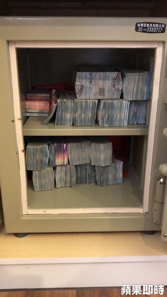 检警在夫妻的保险箱里查获大批现金。翻摄画面。