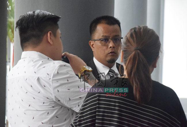 依萨卡里与被告家属讨论案情。