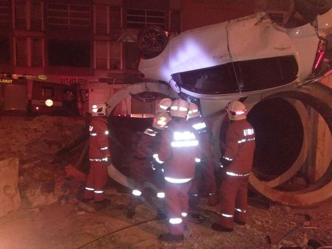 载有一对华裔男女的国产迈薇轿车,行驶时失控翻覆,酿1死1伤。