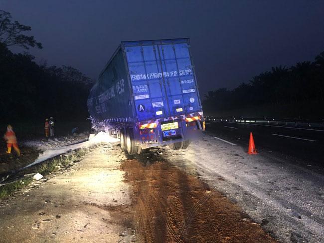 拖格罗厘行驶时失控撞击另一辆拖格罗厘的尾部,造成1名司机毙命。