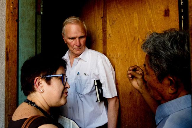 菲利普‧奥尔斯顿(白衣者)到访吉隆坡的人民组屋。