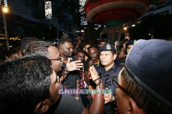 警方代表和集会主办方交涉,希望集会者和平解散。