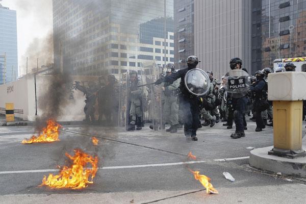 有示威者向警方投掷汽油弹,引起小火。(美联社)