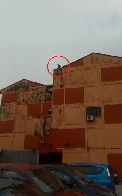 华裔男子从组屋5楼跳楼自杀,当场惨死。