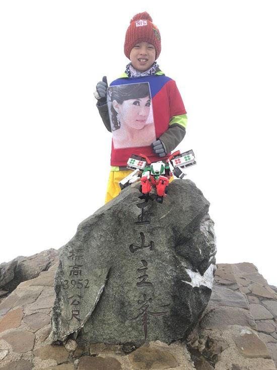 邹泽纲带着妈妈的遗照登上玉山。