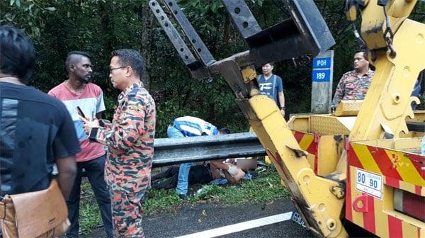 消拯员将伤者移出车外,事后伤者被送院治疗。