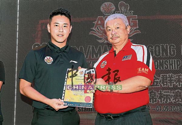 刘子坤(左)去年多次被选中主吹国际大赛,在群英宴上获得了特别表扬。右为筹委会主席潘志勇。