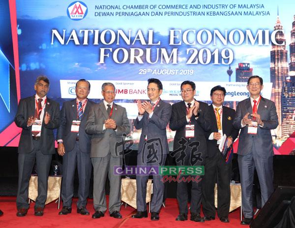 戴良业(中)为全国经济论坛开幕,左起为哥巴拉克里斯南、陈清吉、慕斯达法、沈志勤、苏添来和林宽城。