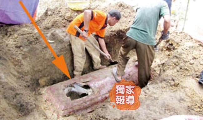 凶徒在棺板凿个大洞拉出佩玲的遗体。