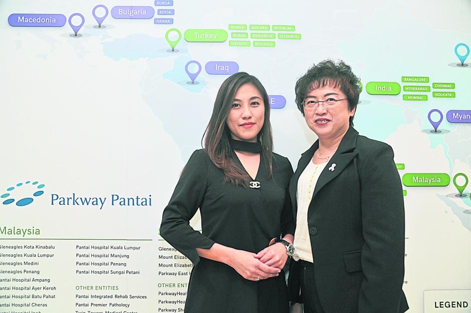 曹心仪(左起)和张美娟虽非本科出生,但都在医疗界闯出名堂。