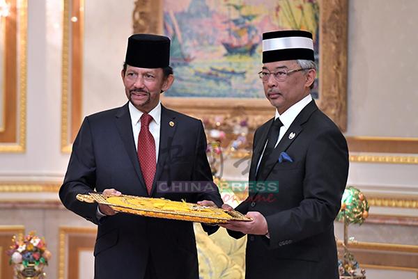 博尔基亚(左起)颁授D.K.M.B汶莱最高荣誉勋章予国家元首苏丹阿都拉。