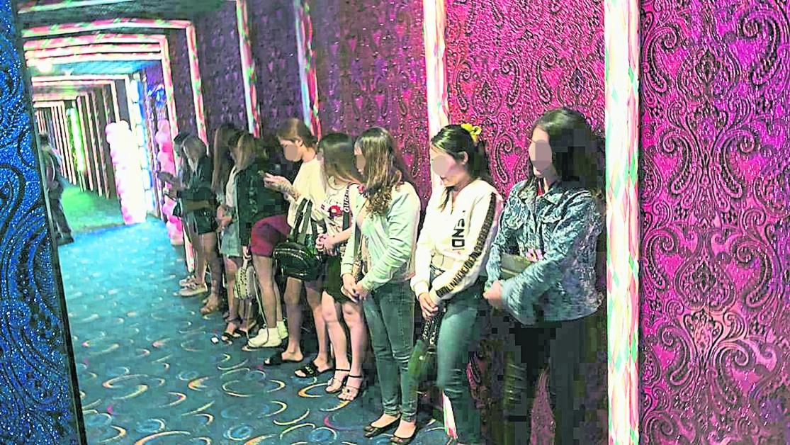 賣淫女郎及看場被捕後,等候被警方押返警局。