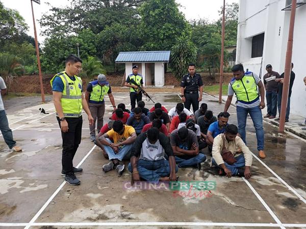 警员迅速逮捕了涉嫌暴动和攻击警员的嫌犯。