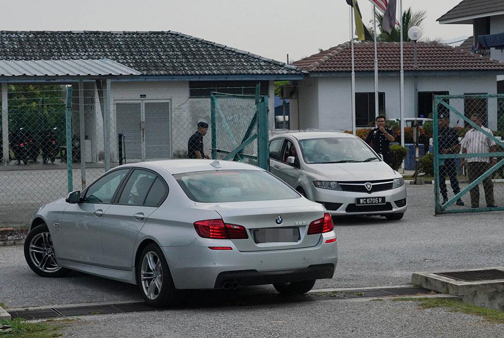 官有缘及武吉阿曼的查案官乘坐的轿车,先后离开警局。