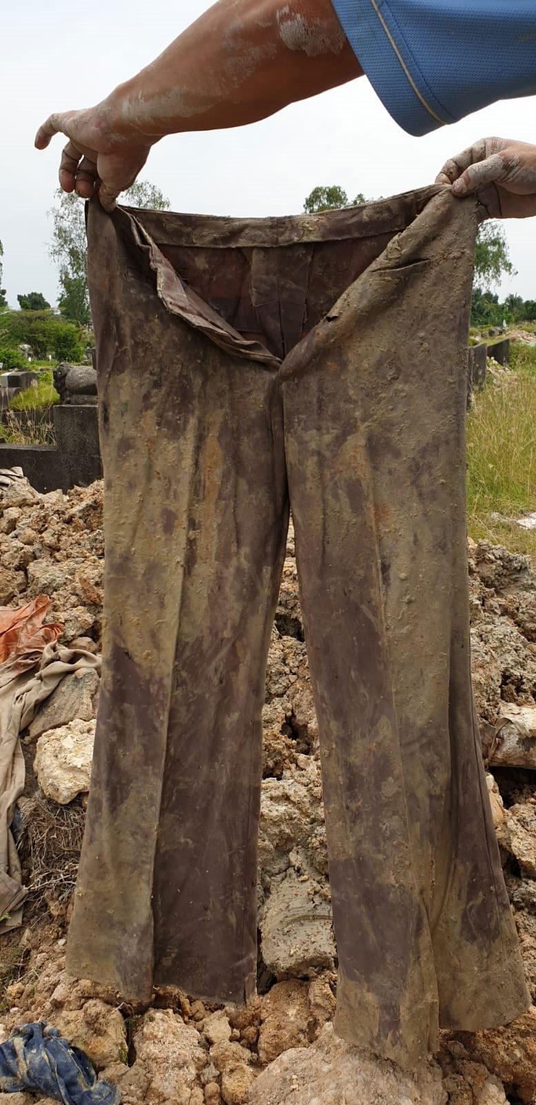 掘墓人从少女长眠的墓穴,挖出相信属于旁边墓穴男子的喇叭裤。