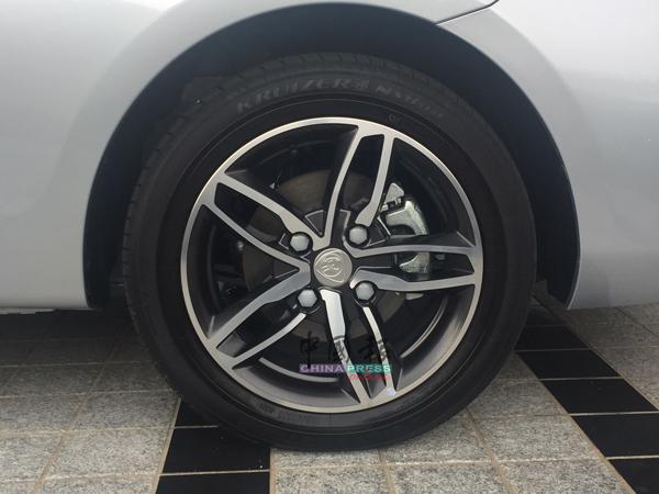高阶版配置的15寸铝合金轮辋。