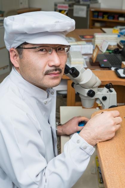 具有高超组装机芯功力的Seiko Epson制表师小松郁清(Ikukiyo Komatsu),也在现场展现精工表的创新和技术。