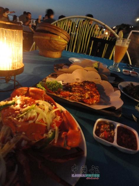 想度过这样一个如同电影般浪漫温馨的烛光晚餐,到金巴兰海滩就对了。