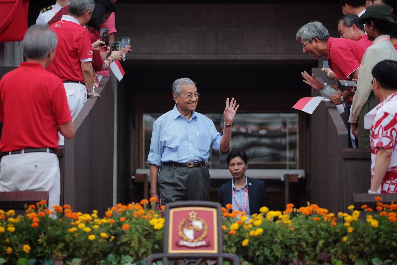 马哈迪抵达新加坡国庆庆典现场时,获现场民众热烈欢迎。