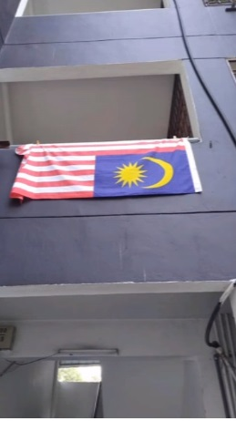 人民组屋外的国旗挂反了。