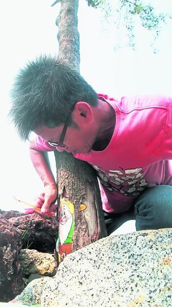 在树干上画小矮人,用的是倒画技术。