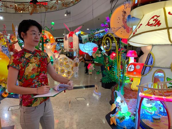 评审团成员之一的拉曼大学学院创意艺术讲师陈雅诗为参赛者作品进行评分。