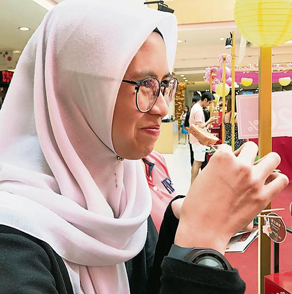 大部分月饼皆申请HALAL 清真认证,马来人也爱上月饼。