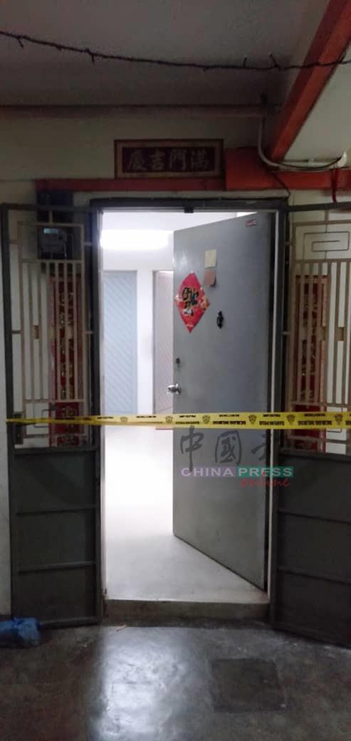 死者在吉打路组屋一单位上吊,警方封锁现场做调查。