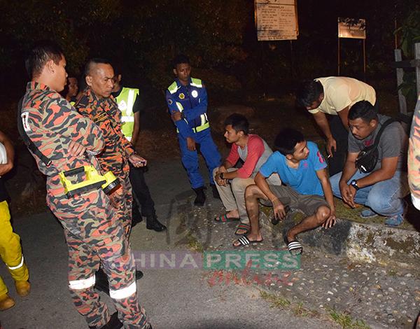 搜救人员向死者两名友人询问失踪地点。