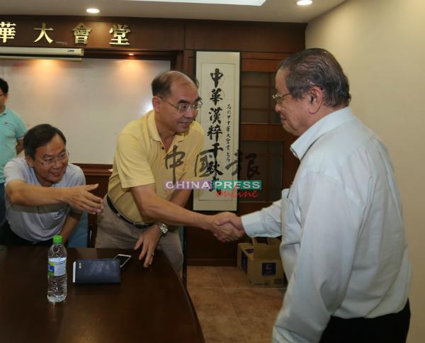 林吉祥(右)与代表们握手。