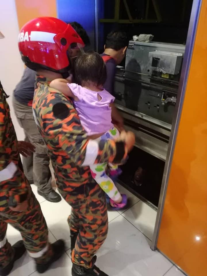 消拯员成功将受困的女童救出。