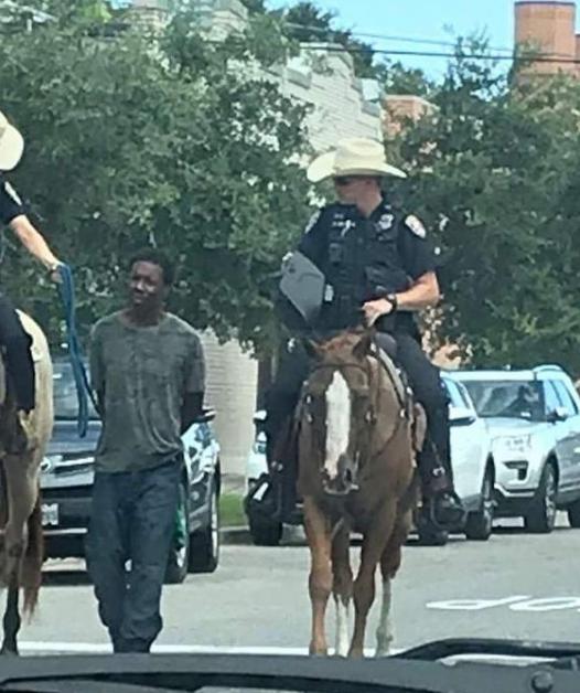 美国白人骑警用绳索绑着黑人嫌犯押回警局的照片在网上疯传,招致网民批评。