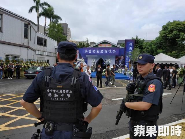 警方荷枪在告别式会场监控。